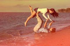 Resultado de imagem para fotos criativas de casal na praia
