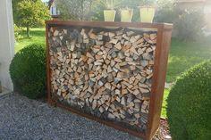 Das Holzlager K besteht aus einem Stahlmantel, das heisst oben, seitlich und hinten ist das Holzlager geschlossen. Die Holzaufbewahrung dient auch hier zugleich wieder als Sichtschutz. Green Rooms, Wood Storage, Garden Paths, Landscape Architecture, Firewood, Patio, Crafts, Diy, Outdoor Ideas