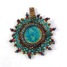 Create an enclosed cabochon using peyote stitch in this beginner-friendly class at Ornamentea.