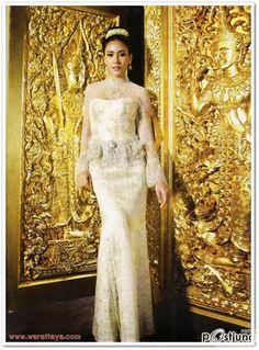 งดงามอย่างไทย Thai Traditional Dress, Traditional Outfits, Thai Wedding Dress, Wedding Dresses, Thai Brides, Dress Pesta, Thai Dress, Thai Style, Silk Dress