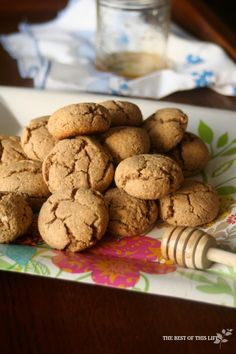 These cookies are gluten free, healthy and delicious! They& made with honey and coconut oil so it& a cane sugar free and dairy free dessert or snack. Coconut Recipes, Gf Recipes, Cookie Recipes, Dessert Recipes, Rice Flour Cookies, Honey Cookies, Gluten Free Cookies, Gluten Free Baking, Empanadas