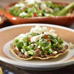 Toasts with Nopales Salad Nopal Salad Recipe, Nopales Salad, Mexican Food Recipes, Vegetarian Recipes, Healthy Recipes, Spanish Recipes, Mexican Dishes, Quick Recipes, Diet Recipes