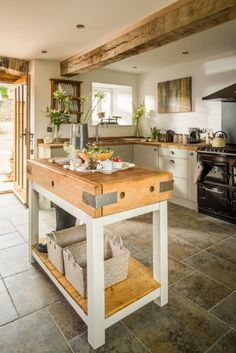 10 Best Rustic Country Kitchen Design Ideas and Decorations for 2018 Country Kitchen Lighting, Rustic Kitchen Island, Barn Kitchen, Rustic Country Kitchens, Cottage Kitchens, Primitive Kitchen, Country Farmhouse Decor, Farmhouse Kitchen Decor, New Kitchen