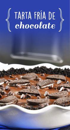 Esta tarta fría de chocolate es el postre perfecto para los amantes del chocolate Tiene una costra de galleta, un relleno de mousse de chocolate y por qué no una cubierta de chocolate encima. ¡No la dejes pasar!