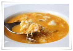 :) Sopa de pescado      1 cabeza de merluza     4 zanahorias     1 puerro     1 tomate     1 diente de ajo     250 gr de Gambas     250 gr de Almejas     4 rodajas de merluza     Fideos cabello de ángel.   Más en https://lomejordelaweb.es/