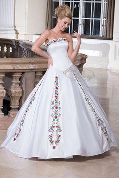 92- kalocsai mintás esküvői ruha. A hosszan lefutó mintákat a ruha rakott szoknyarész megoldása hangsúlyosabbá teszi.