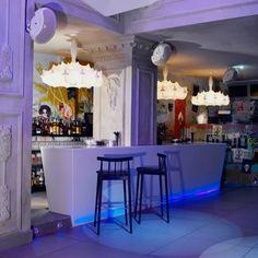 Lugares con encanto para tomar unas copas en Valencia - ValenciaSecreta Valencia, Bar, Table, Furniture, Home Decor, Concept, Innovative Products, Restaurants, Trendy Tree