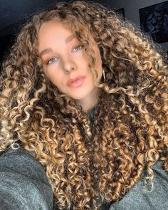 Q Hair, Honey Blonde Hair, Hair Color Techniques, Blonde Hair With Highlights, Queen Hair, Short Curly Hair, Beach Hair, Curled Hairstyles, Hair Lengths
