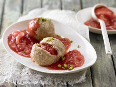 Diese Knödel schmecken einfach zu gut um wahr zu sein. Erdbeer-Quark-Knödel - mit Erdbeer-Rhabarber-Sauce - smarter - Kalorien: 415 Kcal - Zeit: 50 Min. | eatsmarter.de
