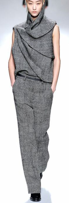 Sculptural Fashion // grey tweed outfit by Haider Ackermann Architectural Clothing, Fashion Details, Fashion Design, Woman Silhouette, Sculptural Fashion, Modern Outfits, Mode Style, Casual Chic, Carolina Herrera