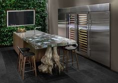 Aranżacja nowoczesnej kuchni z ogrodem wertykalnym
