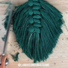 Macrame feather / macrame leaf tutorial Macrame - How to ? Patterns & knots Full tutorial will on my Macrame Wall Hanging Diy, Macrame Art, Macrame Projects, Macrame Knots, Micro Macrame, Art Projects, Diy Crafts For Home Decor, Diy Crafts Hacks, Homemade Wall Decorations
