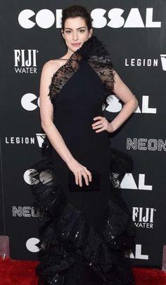 Anne Hathaway deslumbra con su look en la premiere de Colossal. Llevó un elegante atuendo negro