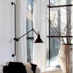 """Um ícone do século XX, a pioneira """"luminária de arquiteto"""" criada por Bernard-Albin Gras em 1921, foi o primeiro ítem para uso industrial que se tornou desejável na decoração de interiores residenciais. Tornou-se rapidamente a peça favorita de Le Corbusier, que a utilizava em seu próprio escritório, e também em vários de seus projetos pelo..."""
