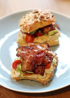 A divine lunch, this roll of bacon with avocado mayonnaise. With cherry tomatoes and even more avocado for an extra fresh bite. Healthy Meals For Two, Easy Healthy Recipes, Brunch, Husband Lunch, Easy Diner, Sandwiches, Low Carb Side Dishes, Dutch Recipes, Lunch Snacks