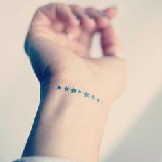tatuajes del infinito en la muñeca con estrellas