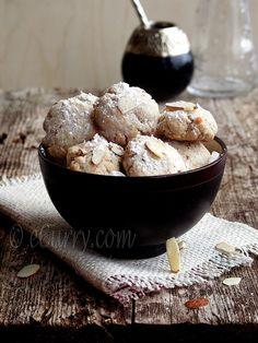 Ghoriba - Moroccan almond cookies - Maroc Désert Expérience tours http://www.marocdesertexperience.com