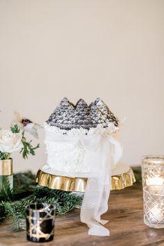 Heiraten im Winter: Ideen für eine romantische Winterhochzeit | Hochzeitsblog The Little Wedding Corner Grey Fashion, Elegant, Table Decorations, Wedding, Design, Modern Typography, Black Candles, Silk Ribbon, Flower Jewelry