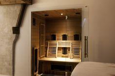 Infrarood sauna kunnen gemakkelijk worden ingebouwd in slaap- of badkamer. Voor een moderne uitstraling Cabine Sauna, Bathroom Lighting, Bathrooms, Mirror, Furniture, Design, Home Decor, Bathroom Light Fittings, Homemade Home Decor