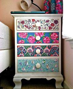 différents motifs de papier decopatch appliqués sur la facade d'une commode, un meuble customisé de très jolie manière