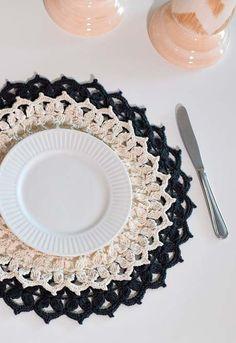 Claro e escuro nesse sousplat de crochê Crochet Home, Free Crochet, Crochet Dollies, Art Decor, Free Pattern, Diy And Crafts, Crochet Patterns, Weaving, Plates