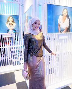 Image may contain: 3 people Arab Girls Hijab, Girl Hijab, Beautiful Muslim Women, Beautiful Hijab, Kebaya Hijab, Muslim Women Fashion, Hijab Fashionista, Hijab Chic, Portraits