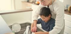A partir de 1 ano e meio, a criança pode colaborar com a arrumação da casa - UOL Estilo de vida
