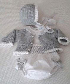moda infantil made in spain - Babykleidung Crochet Onesie, Crochet Baby Jacket, Knitted Baby Cardigan, Baby Pullover, Knitted Baby Clothes, Hat Crochet, Knitting For Kids, Baby Knitting Patterns, Baby Patterns