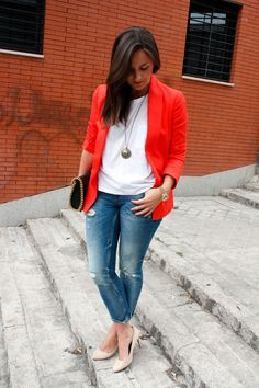 Blazer naranja + jeans.