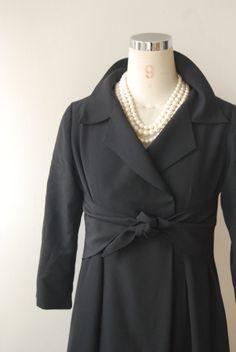 喪服のお着物から喪服のお洋服にリメイクしました。紋をお付けして、お着物の生地って一目で分かります(笑)。喪服は飽きのこないずっと着れるデザインがいいですよ...