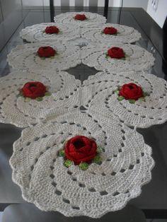 toalhas de mesa confeccionada com fios de barbante nº4 nas cores cru, verde água e amarelo claro, com rosa confeccionadas com fios duna da Circulo S/A