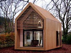 自然の中にちょこんと佇む姿が妙に可愛い、英国発の「dwelle.ings」ですが、ミニマルな空間の中に生活するには申し分ない機能をしっかりと備えています。 キッチン、リビング、シャワールーム、三角の天井部分をロフトとして利用し、狭小空間を上