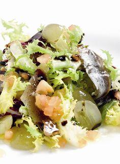 Ensalada de sardinas de la costa con uvas. Mar y tierra.