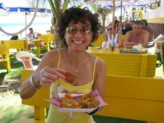 Sueli - Restaurante Baiones - Comendo Acarajé - Primeiro dia em Salvador - 15/Fev/2009