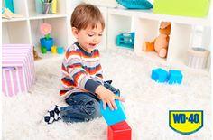 Con WD40 podes eliminar el chicle de la alfombra. Rociá WD40 en la zona afectada y comenzá a frotar hasta eliminarlo.