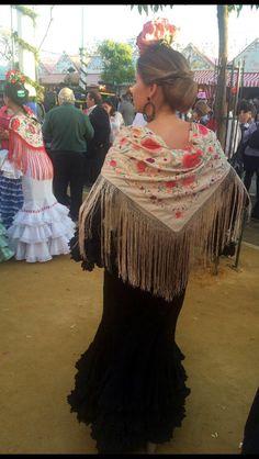 Flamenca con antiguo mantoncillo beige bordado en colores #antigüedades #antiques #mantones #feria #flamenca #sevilla #gitana