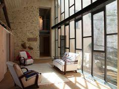 Une verrière pour créer de l'espace et illuminé un intérieur : ici la verrière remplace une façade. Maginfique Ideal Home, Furniture, Home, Loft, Loft Bed, Bed, Flooring, Room Divider, Indoor