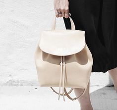 Rucksack aus strukturierten Vollrindleder mit Griff an der Oberseite und verstellbaren Trägern. Hier entdecken und shoppen: http://sturbock.me/rFK