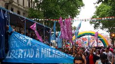Marcha del Orgullo também é protesto Marcha del Orgullo, em Buenos Aires. A Argentina como um todo é um destino super gay-friendly e, nessa viagem, conheci 3 deles: Buenos Aires, Bariloche e Rosário, onde houve o 1º casamento igualitário (casamento entre casais do mesmo sexo, homossexuais) do país. A Argentina recebe super bem quem é gay, lésbica, bissexual ou trans.