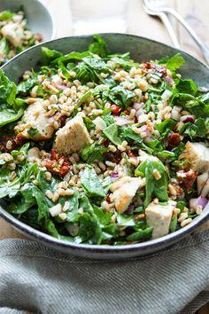 Direkt zum Rezept Dieser Dinkelsalat mit Huhn zeigt, dass ich wieder im Salatfieber bin. Er ist wirklich lecker. Und wenn ich lecker sage, dann meine ich SUPER LECKER! Dieses einfache Rezept für einen Dinkelsalat mit gegrilltem Hühnchen ist voller mediterraner Aromen. Dazu gehören getrocknete Tomaten, geröstete Mandeln, rote Zwiebel und junger Spinat. Der Dinkelsalat kann auch ohne Fleisch vegan oder vegetarisch genossen werden. Einfache und Gesunde Rezepte, Elle Republic