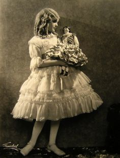 ️Vintage photo of a girl with her porcelain head doll. Both are wearing fancy dresses. Antique Pictures, Old Photos, Girl Photos, Retro Pictures, Style Vintage, Vintage Girls, Vintage Beauty, Baby Kind, Anos 60