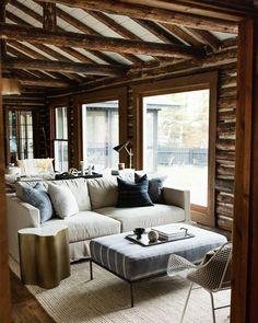 Log Cabin Bedrooms, Log Cabin Living, Log Cabin Homes, Log Home Bedroom, Modern Cabin Interior, Cabin Interior Design, Cottage Design, Log Cabin Exterior, Modern Log Cabins