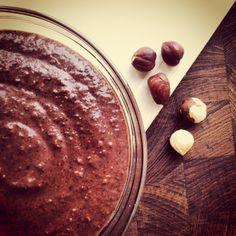 Chokoladepålæg med kokos - hjemmelavet Nutella.  http://thomaserex.wordpress.com/2013/09/26/chokoladepalaeg-med-kokos-sukker-og-oliefri/