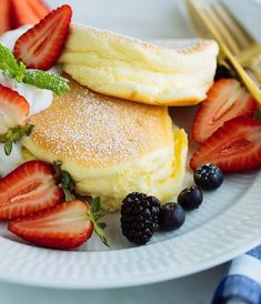 The fluffiest pancakes in the world are these Japanese Souffle Pancakes Make these for your next brunch at home and serve with fresh berries and whipped cream Easy Japanese Recipes at Fluffy Pancakes, Fluffiest Pancakes, Easy Japanese Recipes, Japanese Food, Thia Food, Souffle Pancakes, Hair Care Recipes, Fried Bananas, Healthy Vegan Breakfast