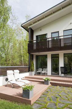Terassilla tilaa auringosta nauttimiseen, lisää ideoita www.lammi-kivitalot.fi