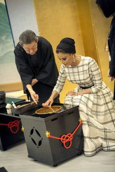 Sheikha Mozah looks flawless in stunning Christian Dior Haute Couture dress in Japan in April 2014. Absolutely chic, elegant and classic.