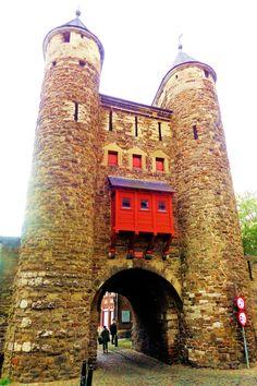 De Helpoort uit 1229 is de oudste bewaard gebleven stadspoort van Nederland. Hij behoort tot de eerste middeleeuwse ommuring van Maastricht en is opgetrokken uit dezelfde bruine kolenzandsteen als de Onze Lieve Vrouwebasiliek. De poort kon worden gesloten met zware houten deuren en in geval van nood kon een valhek worden neergelaten. De houten uitbouw boven de doorgang – een zogenaamde mezekouw – was voorzien van werpgaten waardoor de vijand kon worden bestookt.