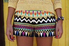 shortinhos de tecidos com estampa tribal com blusa de croche