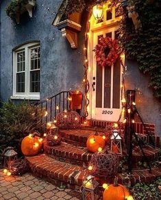 Let's explore a number of the very best fall outdoor decoration ideas. Fall outdoor decoration doesn't need to be expensive. Halloween Veranda, Diy Halloween Home Decor, Halloween Porch, Outdoor Halloween, Fall Home Decor, Autumn Home, Halloween Decorations, Pumpkin Decorations, Yard Decorations