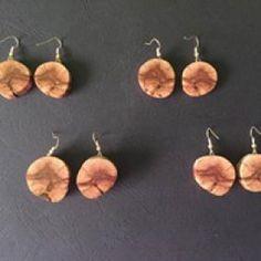 Kézzel készített faszeletke fülbevalók.